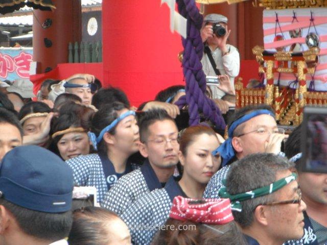 Portadores de uno de los Mikoshi
