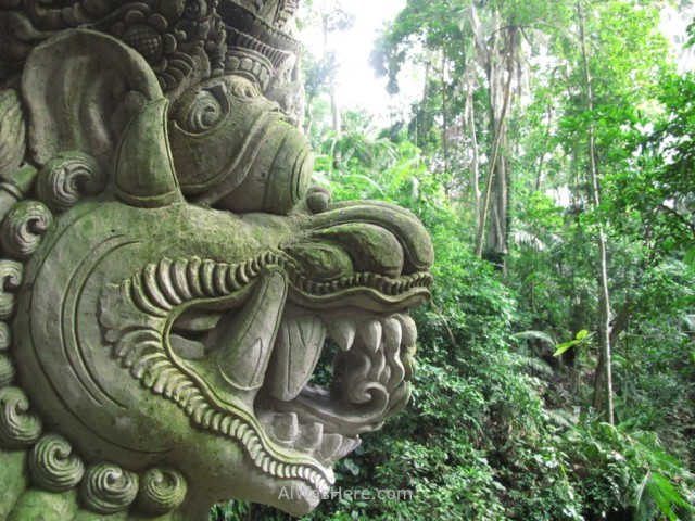 Estatua y selva