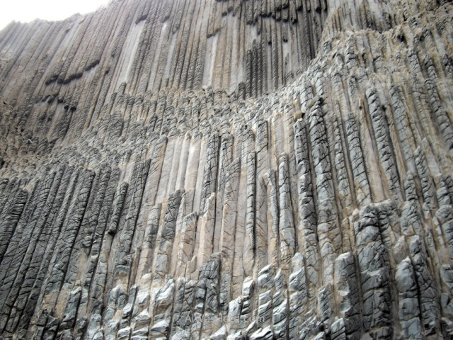 detalle-de-las-columnas-basalticas-de-los-organos-detail-of-the-basalt-columns-of-the-organs-parte-central-vertical-al-agua-la-gomera
