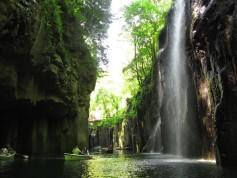 interior-de-la-garganta-gorge-de-takachiho-desde-una-barca